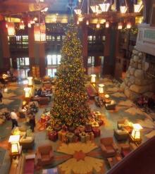 Christmas Tree at the Grand Hotel, ©www.my-disneyland-vacation.com