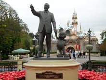 Walt Disney and Mickey Mouse, partners statue ©www.my-disneyland-vacation.com